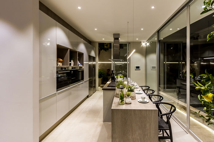 2 eliane-cozinha-casa-cor-bolivia-eduardo-baldelomar-munari-cimento-ac-90x90cm-foto-alvaro-mier