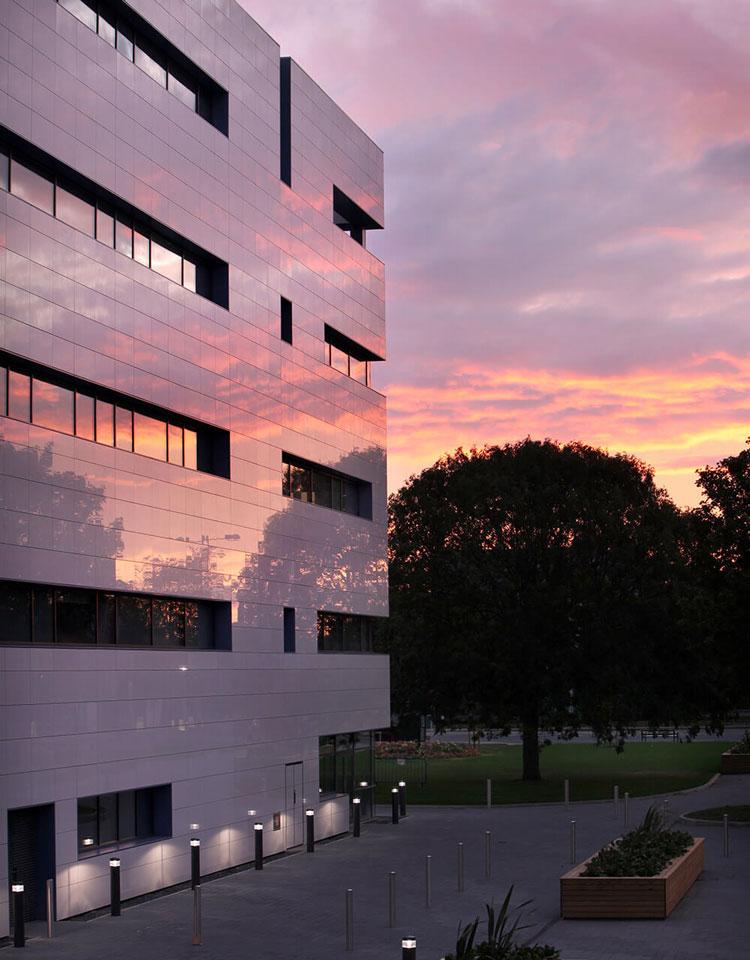 Fachada-Ventilada-Grimsby-UK-Projeto-Ryder-Partnership,-Newcastle-upon-Tyne