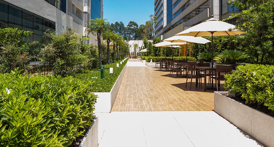 Tec Garden: jardim sustentável com piso elevado