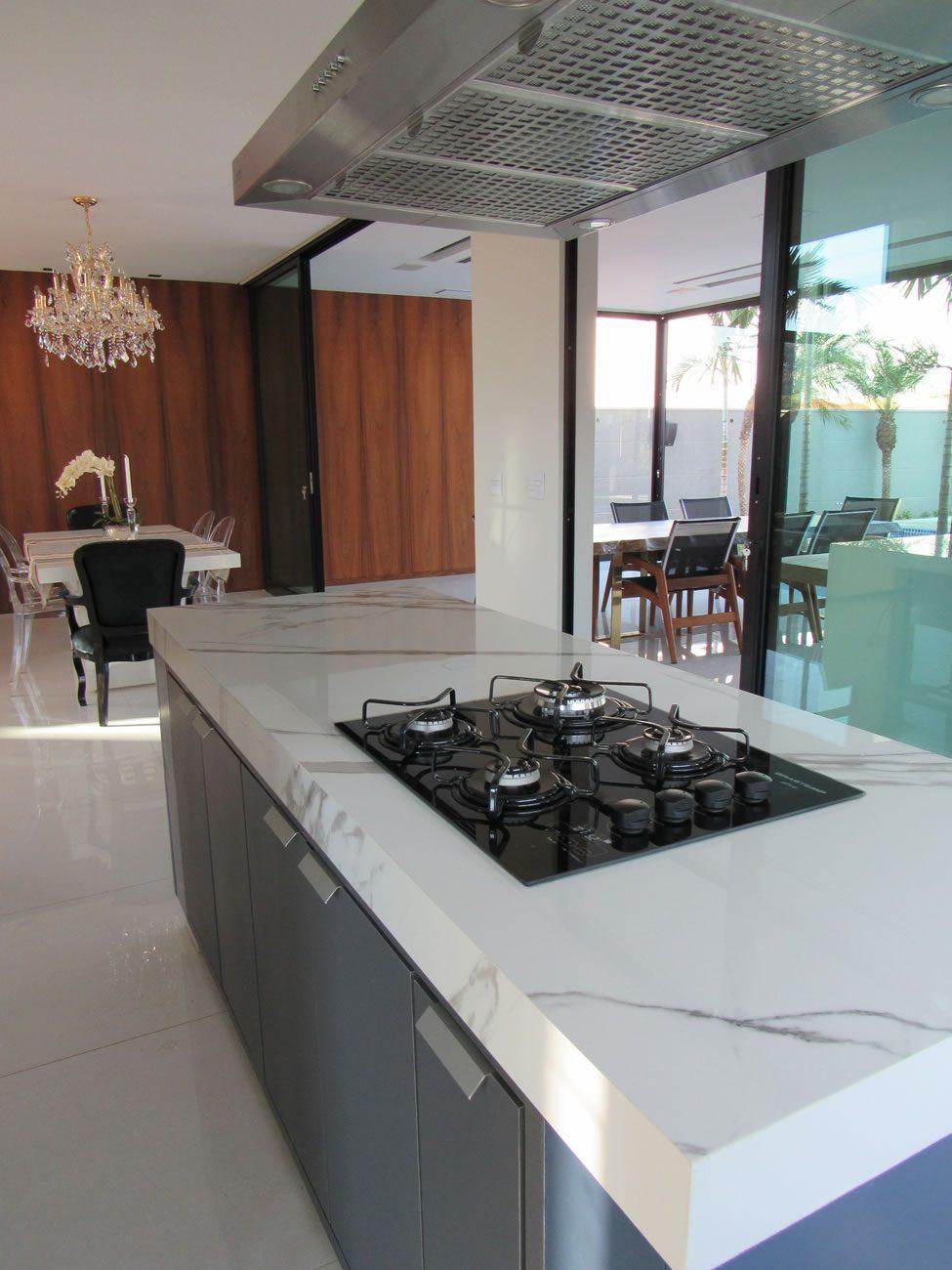 entorno de Eliane: fabio-martins-arquiteto-marmo-branco-po-120x240cm-amb-02
